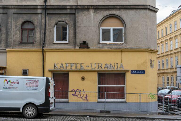 """geschlossene """"Kaffee-Urania"""" in der Radetzkystraße, darüber neu eingesetzte Fenster"""