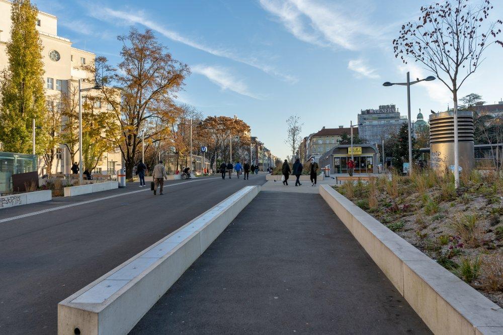 umgestalteter Reumannplatz, Amalienbad, Asphalt, Bäume, Sichtbeton, Fußgänger, Wien, Favoritenstraße