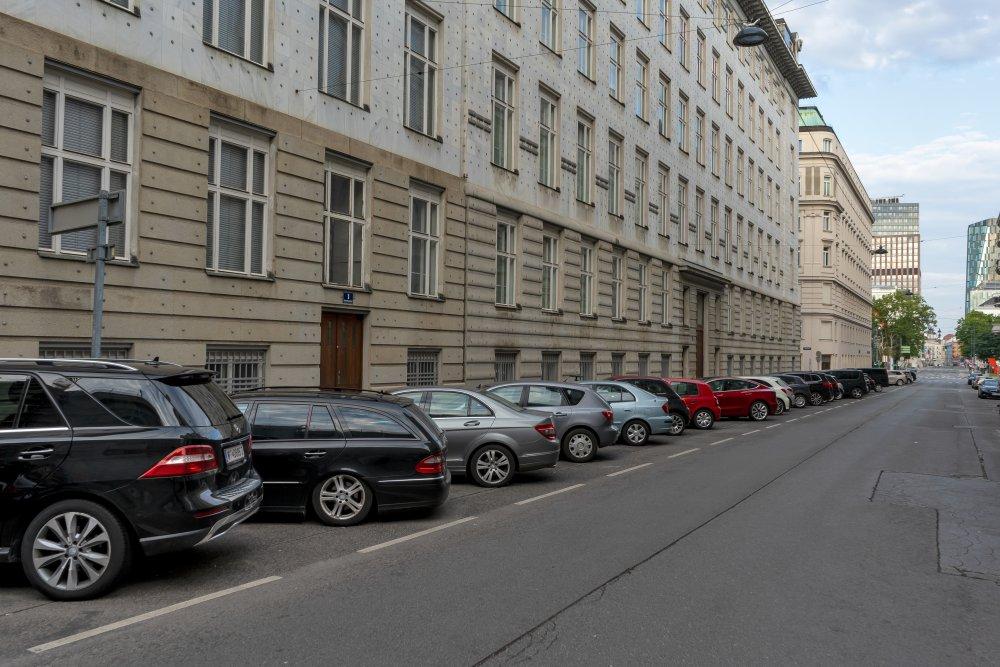 Rosenbursenstraße: Asphalt und Parkplätze neben der Postsparkasse von Otto Wagner (Foto: 2020)