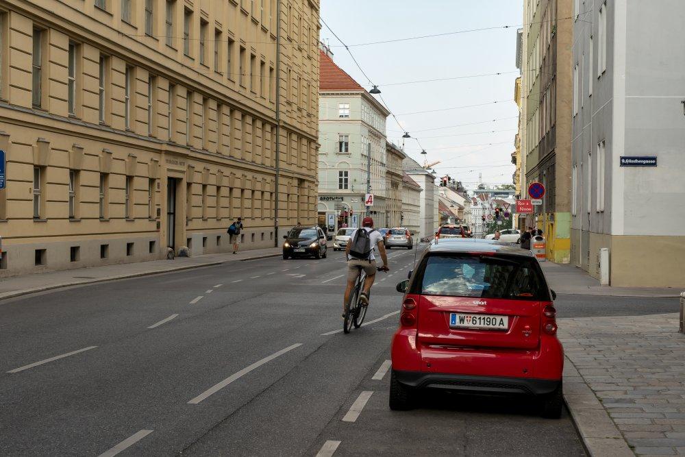 Schwarzspanierstraße: viel Asphalt, fehlende Begrünung (9. Bezirk, Foto: 2020)