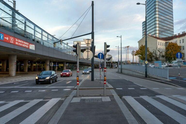 Sonnwendgasse in der Nähe des Wiener Hauptbahnhofs, ÖBB-Zentrale, Favoritenstraße, Autos, Verkehrszeichen, Ampeln, Straßenlaternen