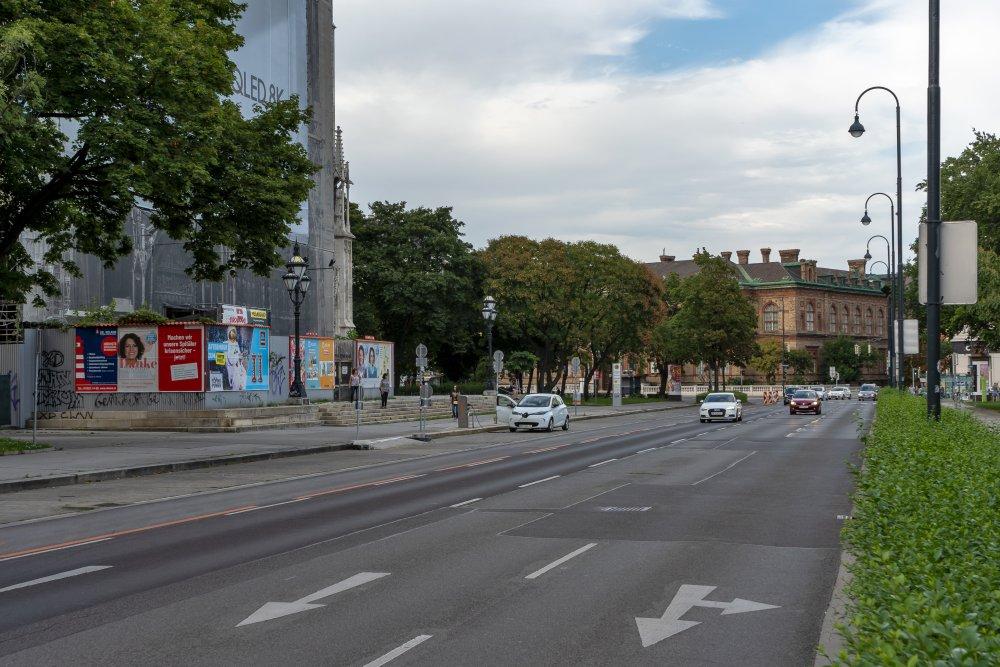 Straße des Achten Mai: extrem breite Fahrbahn direkt vor der Votivkirche (Foto: 2020)