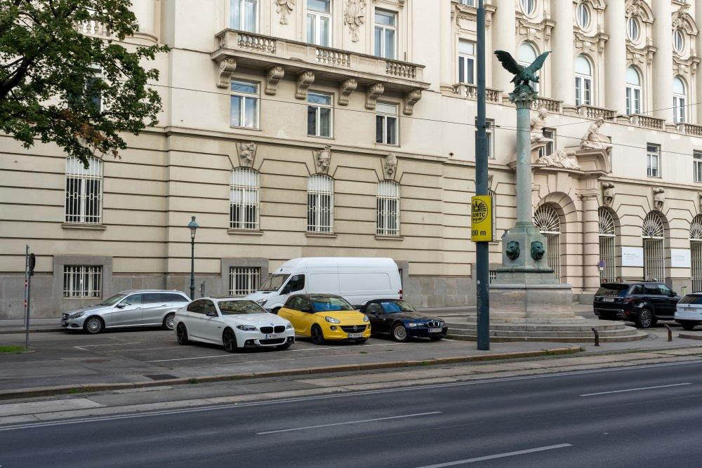 Asphalt und Parkplätze vor dem ehem. Kriegsministerium am Stubenring (Foto: 2020)