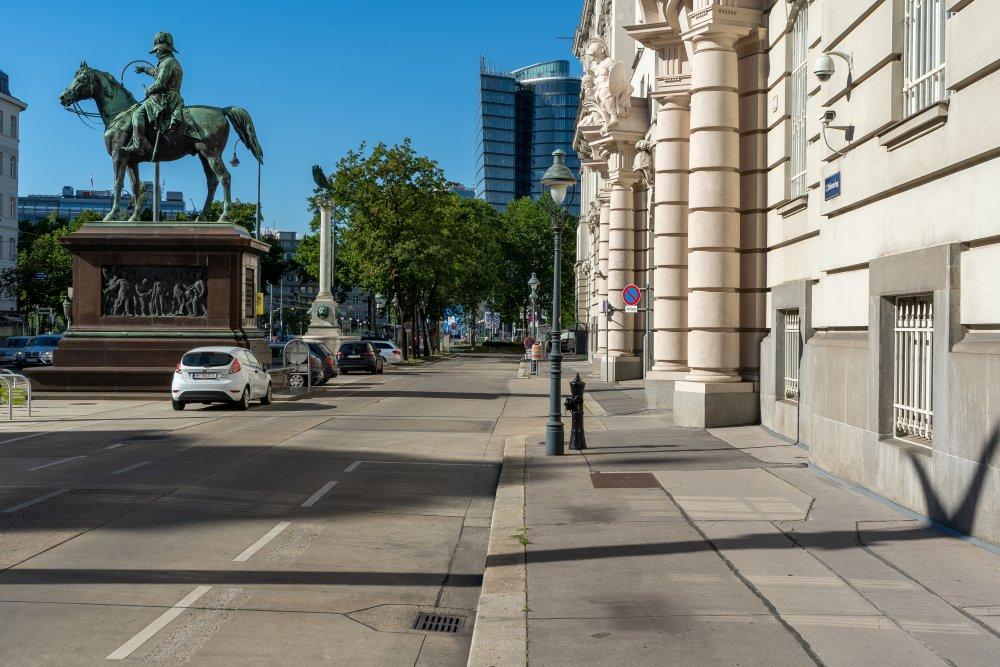 Asphaltfläche vor dem ehemaligen Kriegsministerium am Stubenring, Wien, Reiterstandbild