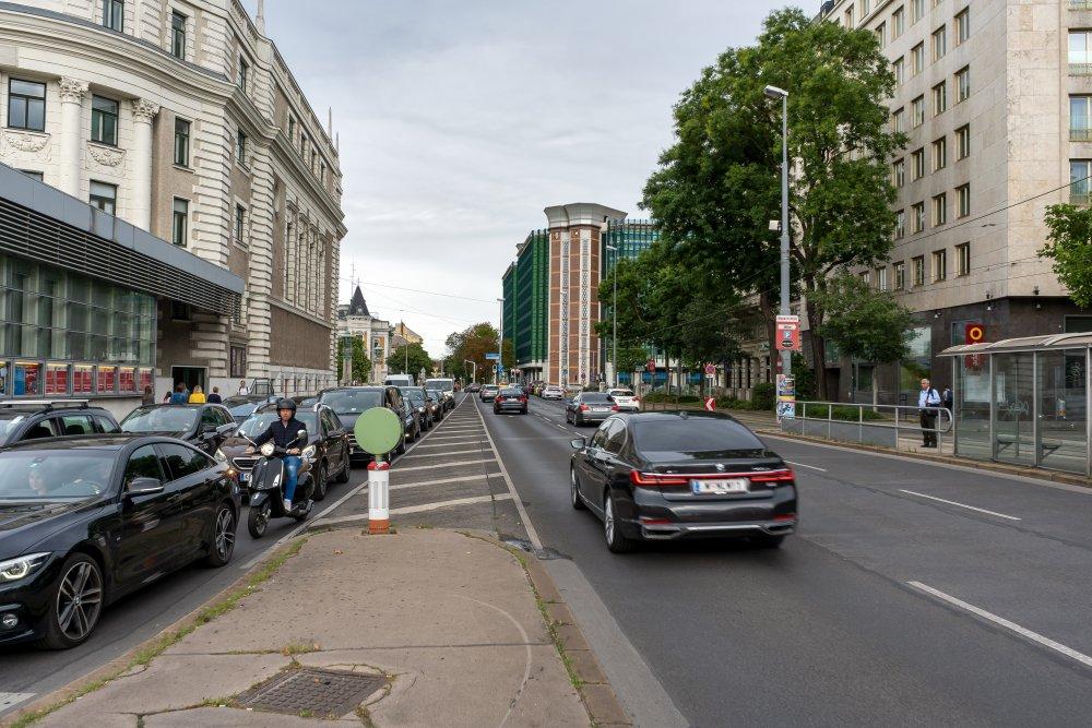 Uraniastraße: fünf Fahrspuren neben der Urania (Foto: 2020)