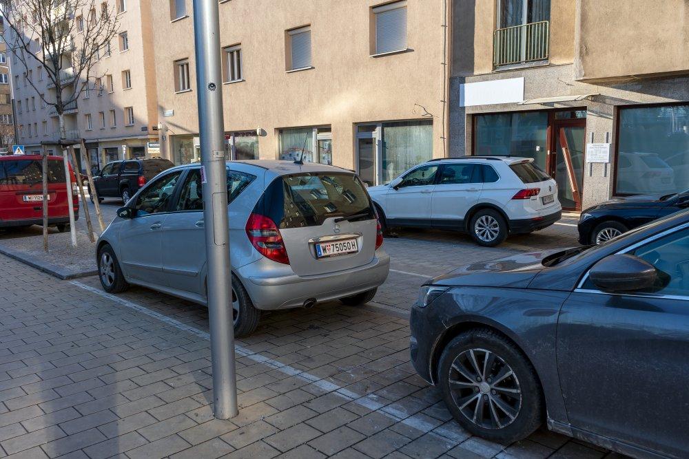 Südtiroler Platz nach der Umgestaltung, parkende Autos, Bäume, Pflasterung, Wien-Wieden