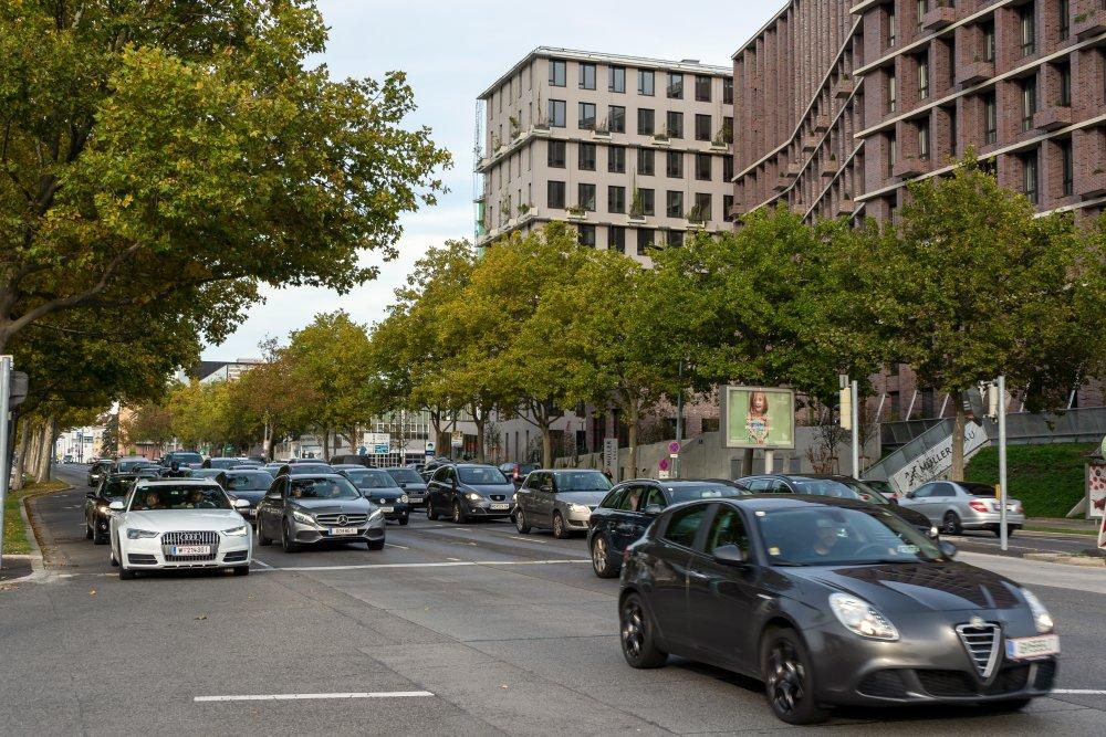 Triester Straße: extrem viel Verkehr neben Büros und Wohnhäusern (10. Bezirk, Foto: 2020)