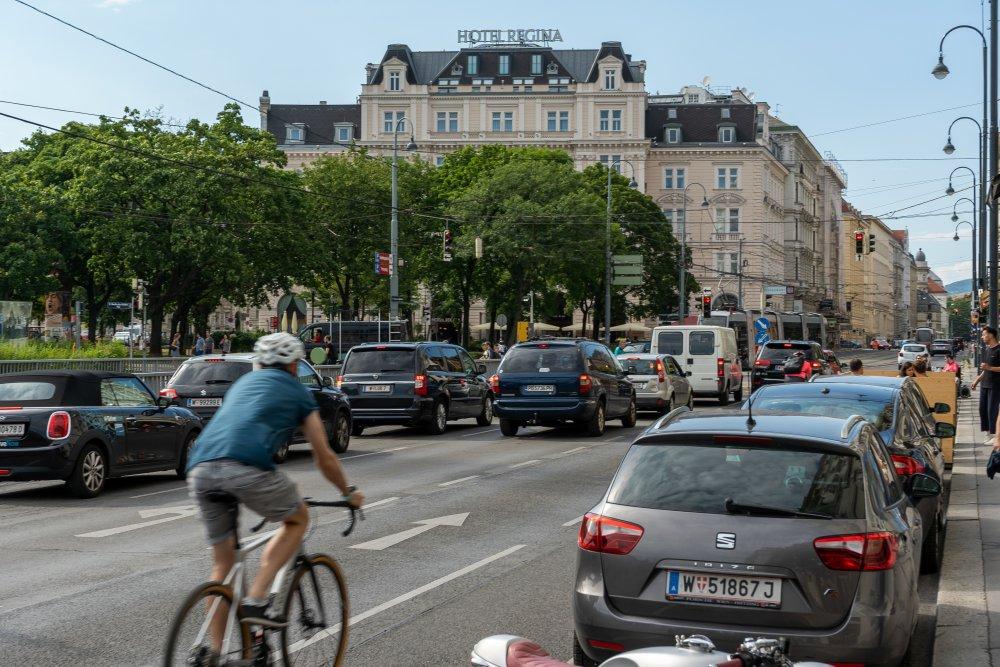 Währinger Straße: Radfahren zwischen parkenden und fahrenden Autos (9. Bezirk, Foto: 2020)