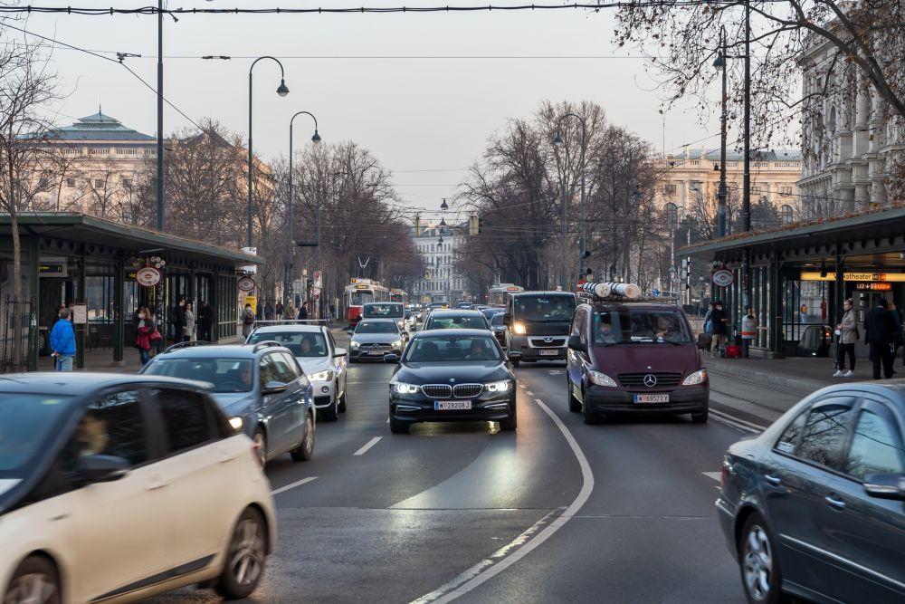Autoverkehr auf der Ringstraße, Hofburg, Volkstheater, U3, U2
