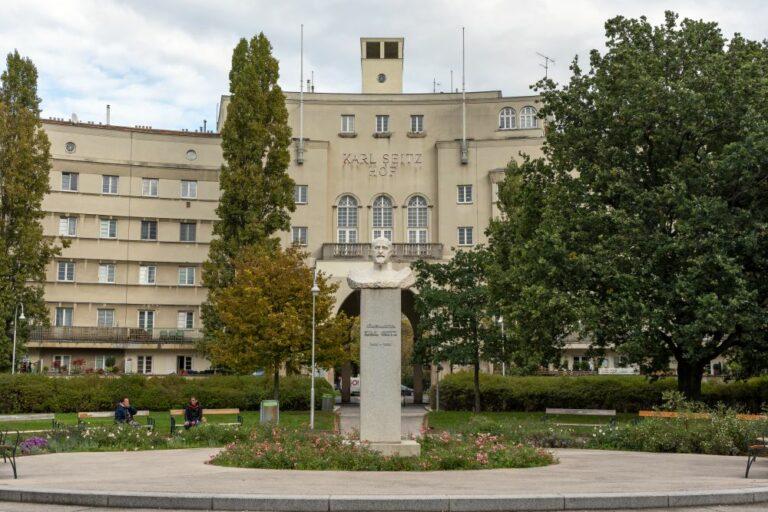Gemeindebau aus der Zwischenkriegszeit in Wien-Floridsdorf, Büste von Karl Seitz, Bäume, Platz