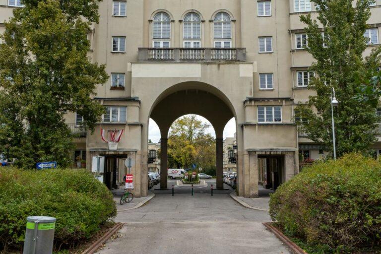 Portal des Karl-Seitz-Hofes in Wien-Floridsdorf, Jedlesee