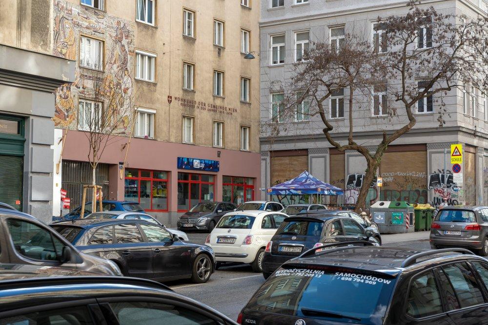 Autos in der Neustiftgasse, Gemeindebau, Bäume, Wien