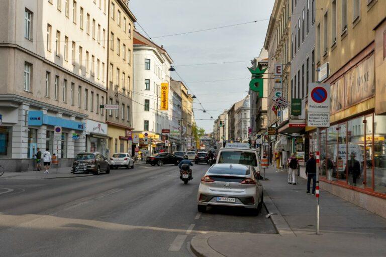 Reinprechtsdorfer Straße mit Autoverkehr, Motorrad, Fußgänger, Verkehrszeichen, Asphalt, Wien-Margareten