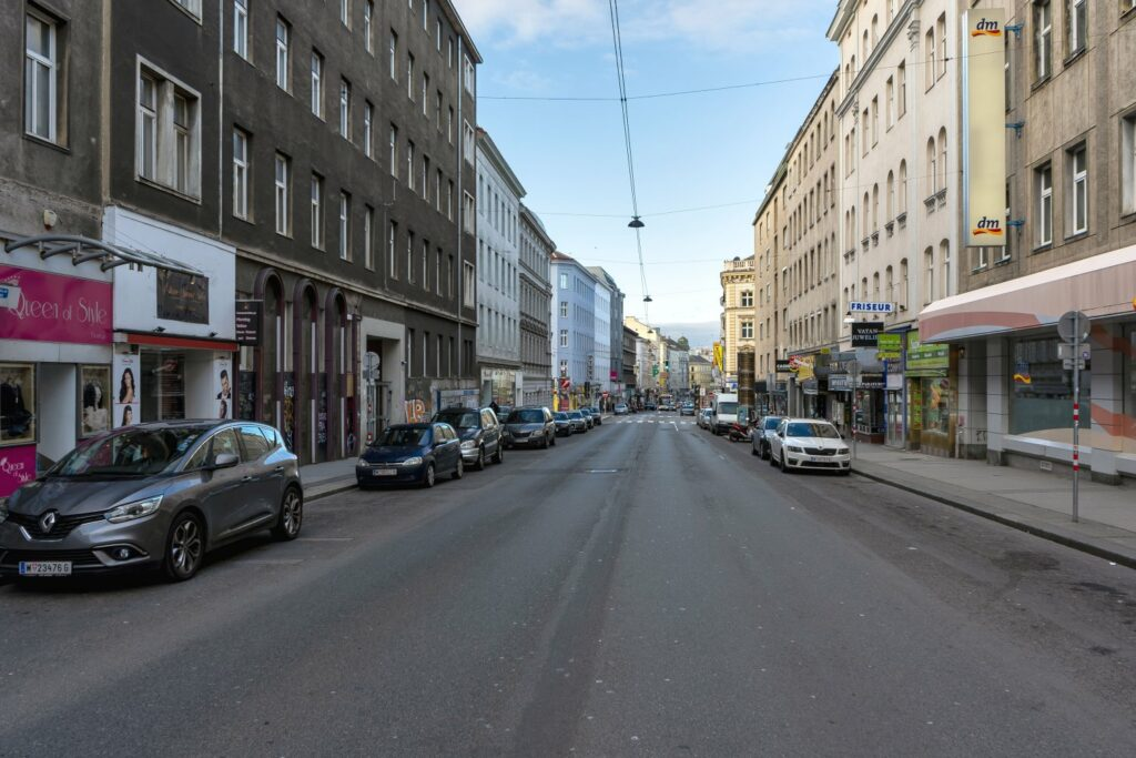 Reinprechtsdorfer Straße in Wien, Fahrbahn, Asphalt, Autos, Häuser