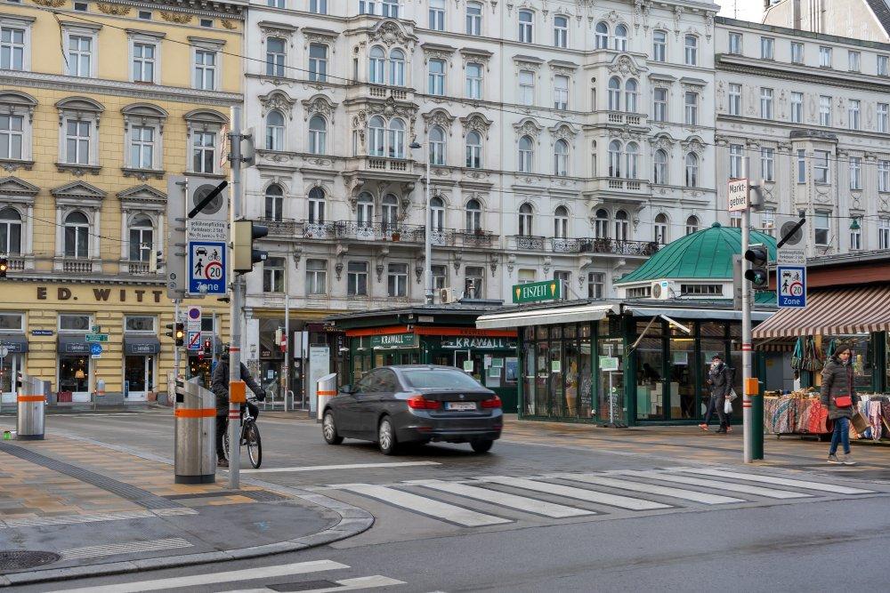 Schleifmühlbrücke beim Naschmarkt: Begegnungszone mit Ampeln statt Fußgängerzone (6. Bezirk, Foto: 2021)