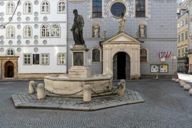 Verkehrsberuhigung am Franziskanerplatz in Wien, Innere Stadt, historischer Brunnen, Kirche
