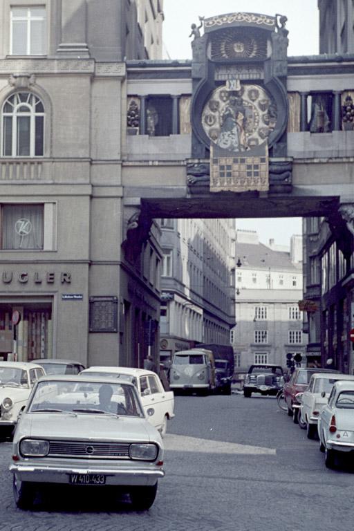 Ankeruhr und Autos, Hoher Markt, Wien