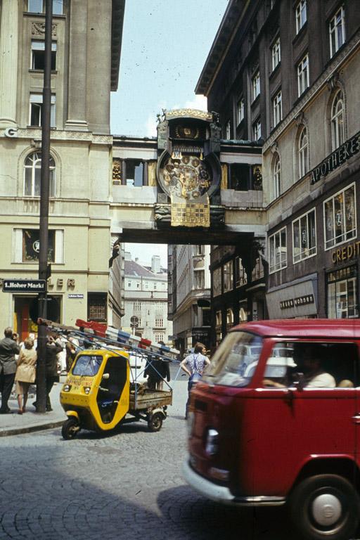 Autoverkehr vor der Ankeruhr am Hohen Markt