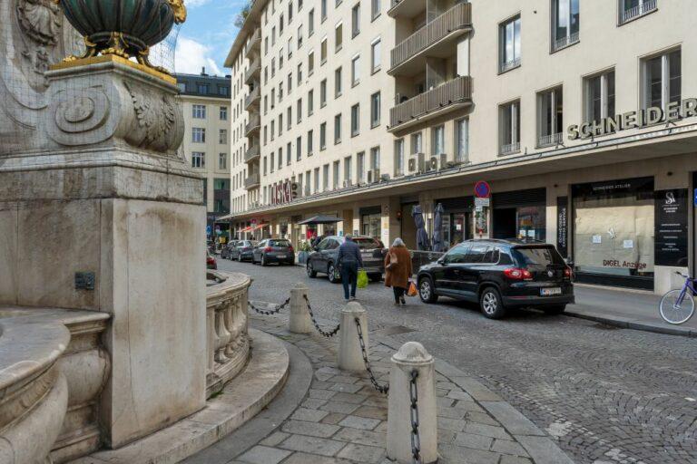 Hoher Markt, Vermählungsbrunnen, Autos