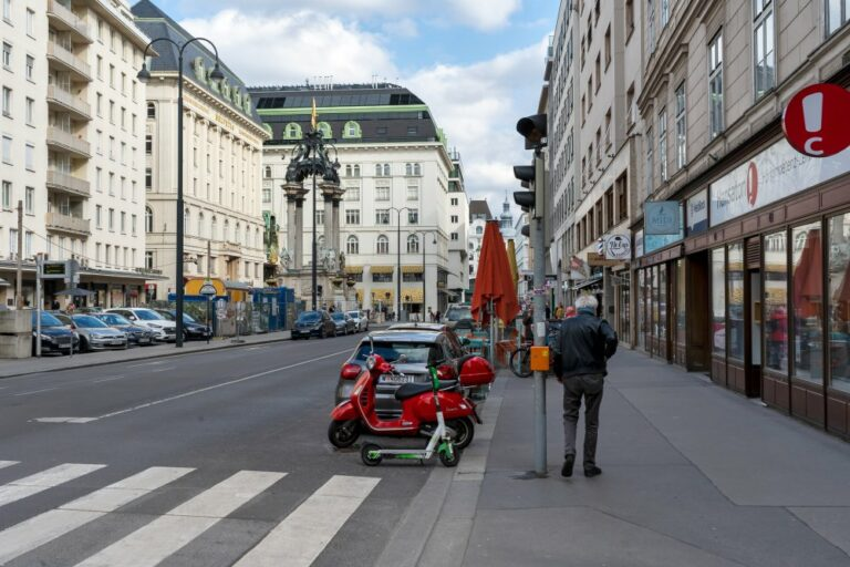 Hoher Markt, Gehsteig, Autos, Fußgänger