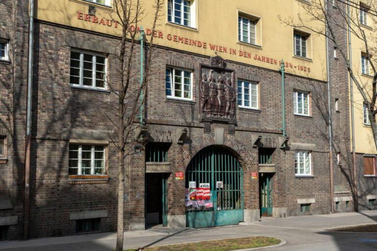 Gemeindebau in Wien-Favoriten, Tor, Klinker, Kunst am Bau