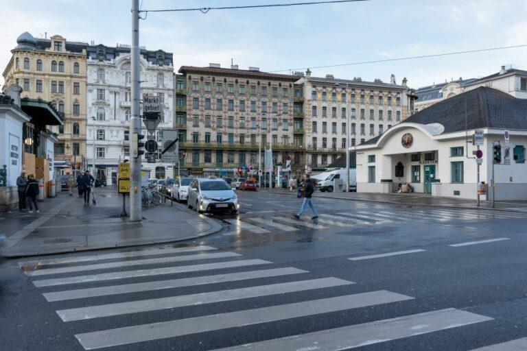 Naschmarkt, U-Bahn-Station, Autos, Straße, Asphalt, Wienzeile, Jugendstilhäuser
