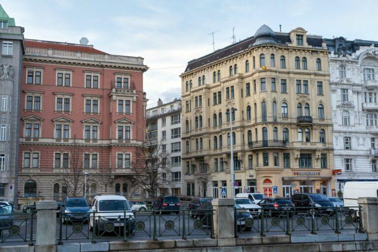 Wienzeile, Gründerzeithäuser, Gelände, Parkplatz, Autos