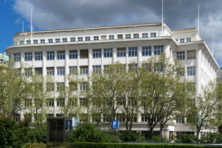 Bürogebäude am Otto Wagner Platz, Bäume, Wien-Alsergrund