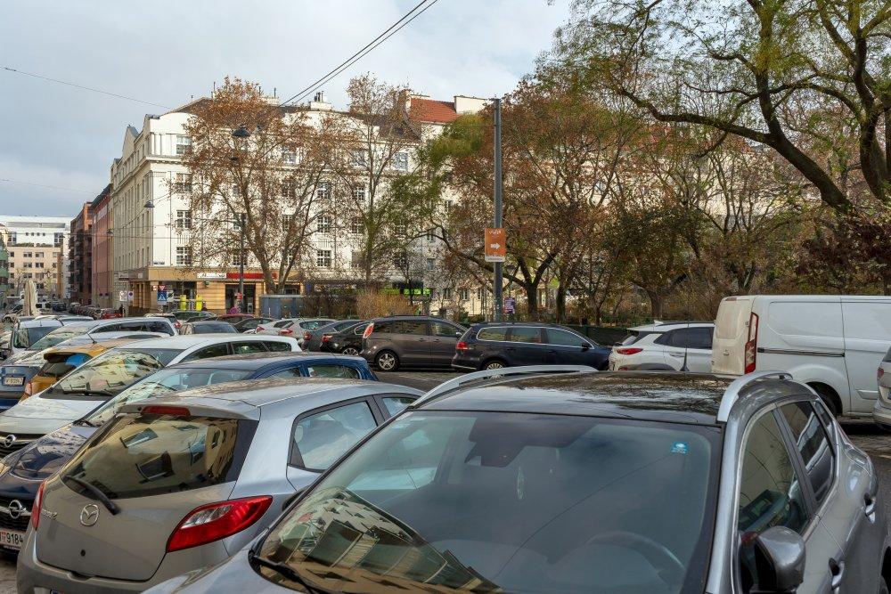 parkende Autos am Kardinal-Nagl-Platz, Wien-Landstraße