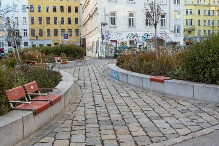 Brücke in Wien, Grünflächen, Pflastersteine, Sitze