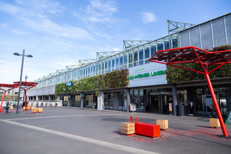 U-Bahn-Station, Spittelau, U4, U6, ÖBB, Vorplatz, Fassadenbegrünung, Wiener Linien