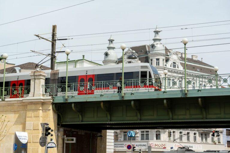 U-Bahn fährt über eine Brücke am Mariahilfer Gürtel, Wien