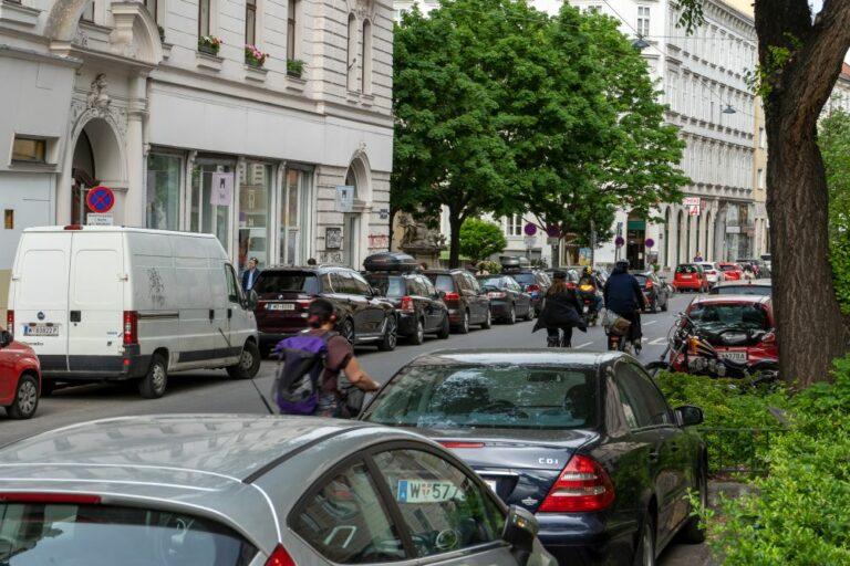 Autos und Radfahrer in der Burggasse, Wien-Neubau