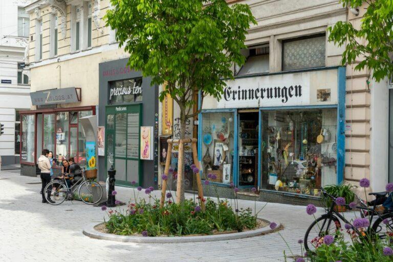 Burggassenanger, Ruth-Klüger-Platz, Baum, Begrünung, Geschäfte
