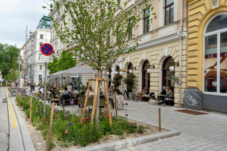 Burggasse, Ruth-Klüger-Platz, Begrünung, breiter Gehsteig, Schanigarten