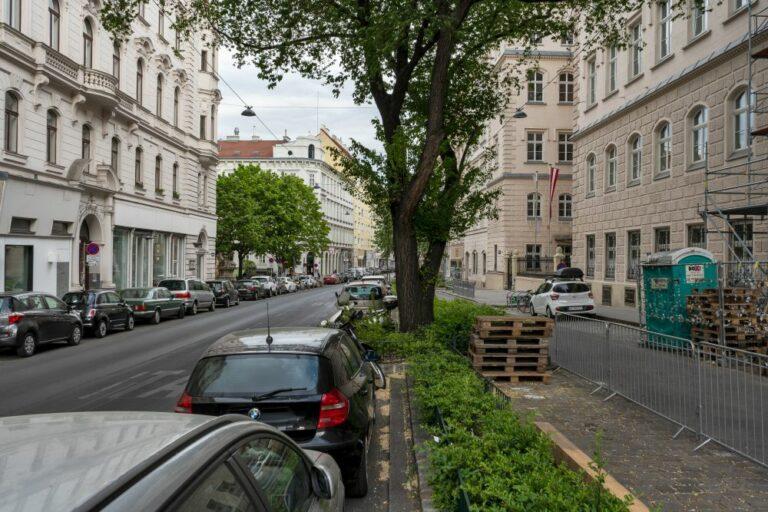 Burggasse, Schule, Notre Dame de Sion, Parkplätze, Bäume, Wien-Neubau