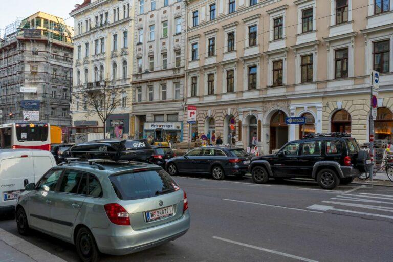 Autoverkehr in der Burggasse in Wien-Neubau