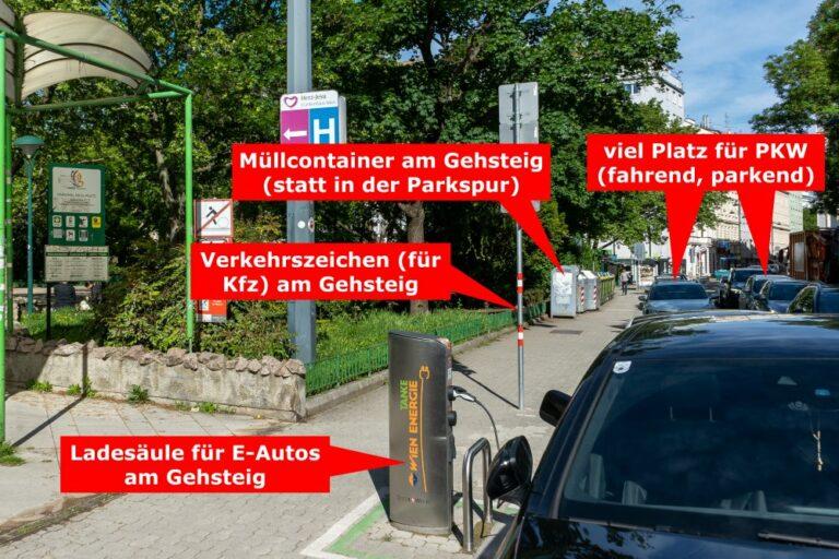 Gehsteig am Kardinal-Nagl-Platz; Ladesäule für E-Autos, Müllcontainer und Verkehrszeichen am Gehsteig; fahrende und parkende Autos