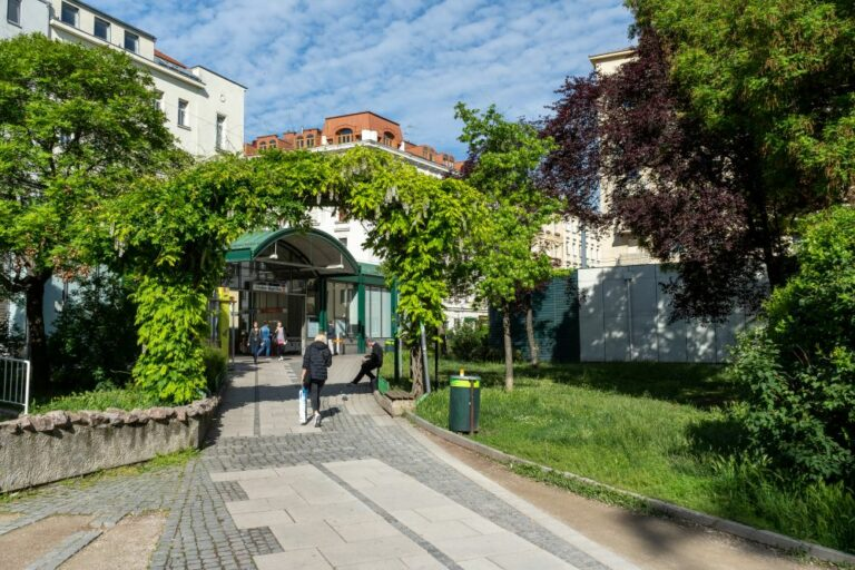 Kardinal-Nagl-Park, U-Bahn-Station, Begrünung, Bäume, gepflasterter Weg