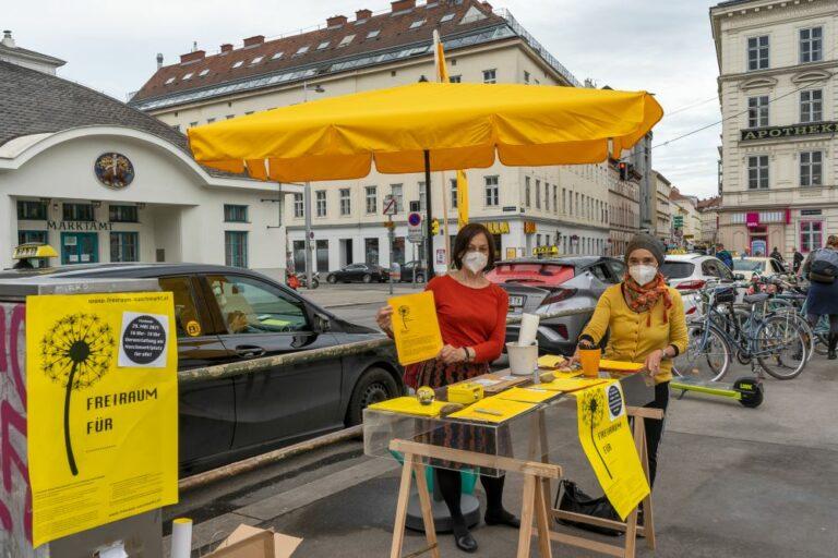 "Infostand der Bürgerinitiative ""Freiraum Naschmarkt"", Kettenbrücke"