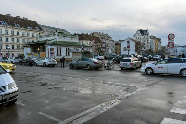 Kettenbrücke, U-Bahn-Station, Wienzeile, Autos, Asphalt, nasse Fahrbahn