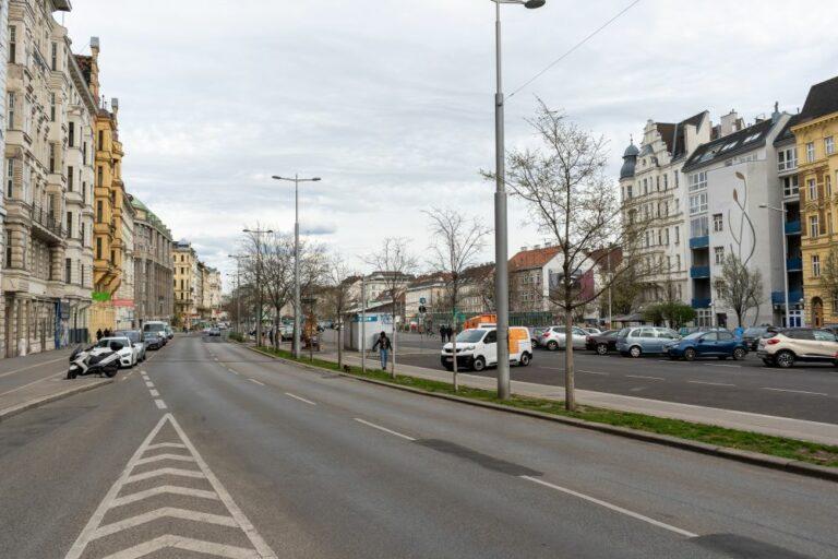 Linke Wienzeile, Fahrspuren, Autos, Bäume, Gründerzeithäuser