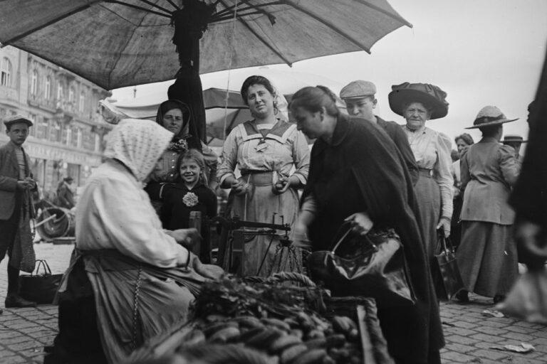 historische Aufnahme, Naschmarkt, Händlerinnen, Marktbesucherinnen, Wien
