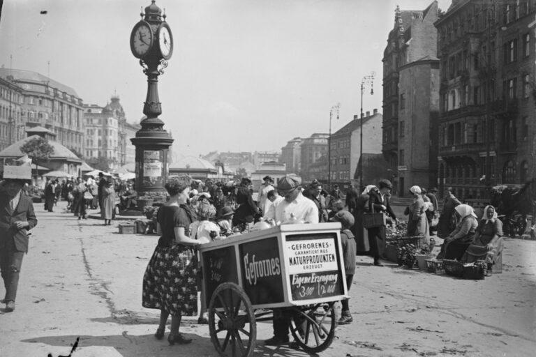 Marktstände, Wienzeile, historische Aufnahme, Händlerinnen, Eiswagen, Uhr
