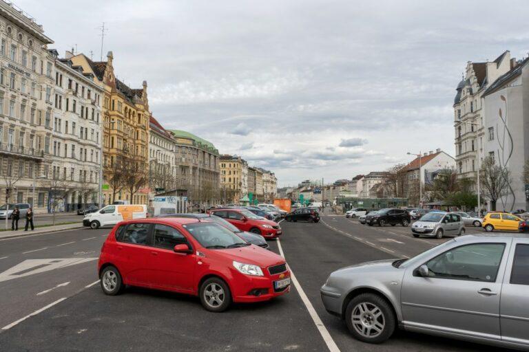 Autos am Naschmarkt-Parkplatz, Wien