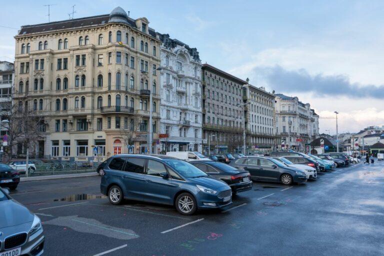 Autos, am Naschmarkt-Parkplatz, Jugendstilhäuser, Mariahilf, Wien