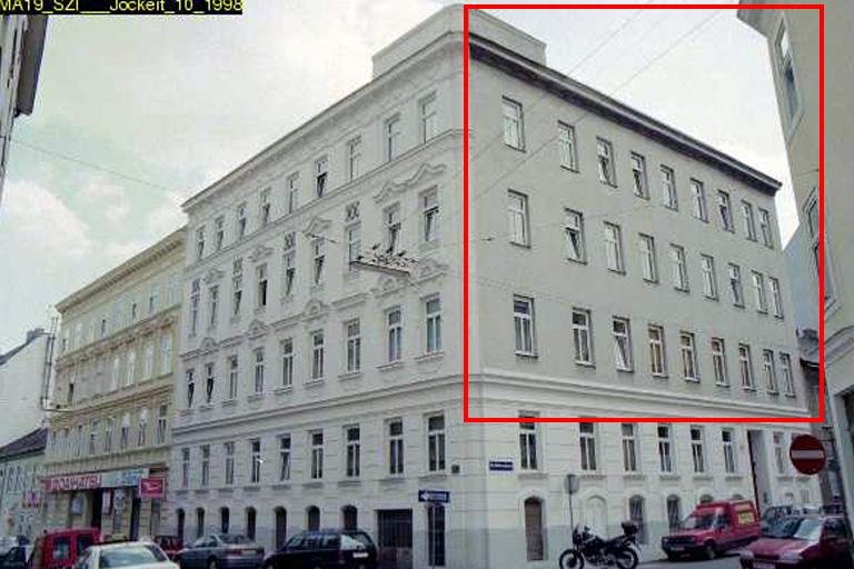Gründerzeithaus in der Staudgasse/Hildebrandgasse, rechts fehlender Fassadenschmuck, Wien, Währing