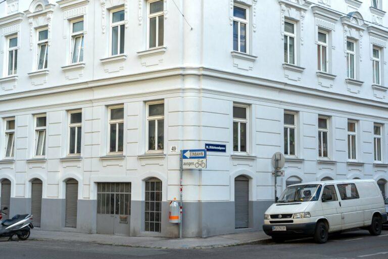 Erdgeschoßfassade des Gründerzeithauses Ecke Staudgasse/Hildebrandgasse, nach der Sanierung, Wien-Währing