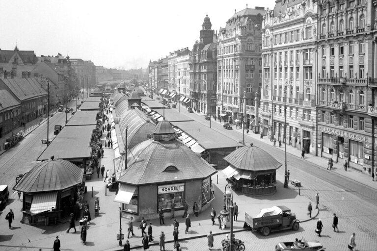 historische Aufnahme des Naschmarkts, Wienzeile, 1930er, Automobile