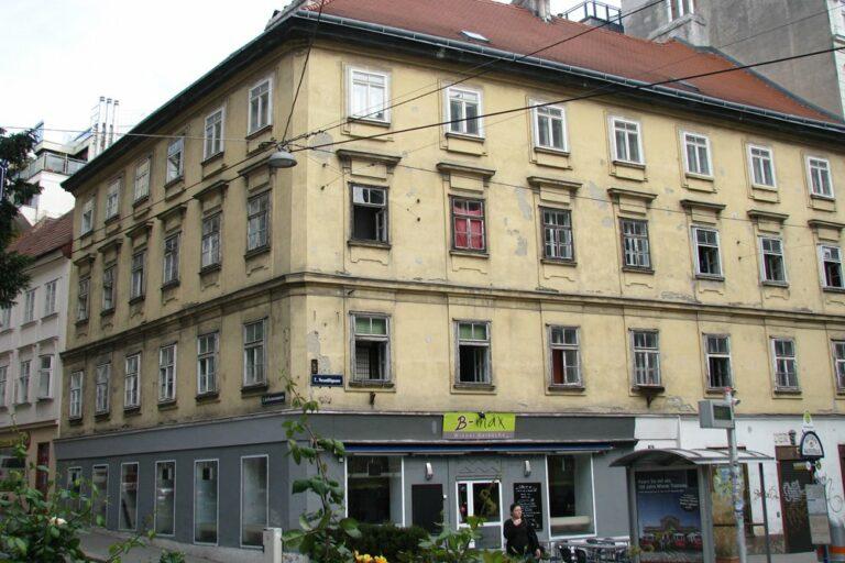historisches Gebäude in Wien an der Ecke Neustiftgasse/Kellermanngasse, renovierungsbedürftige Fassade